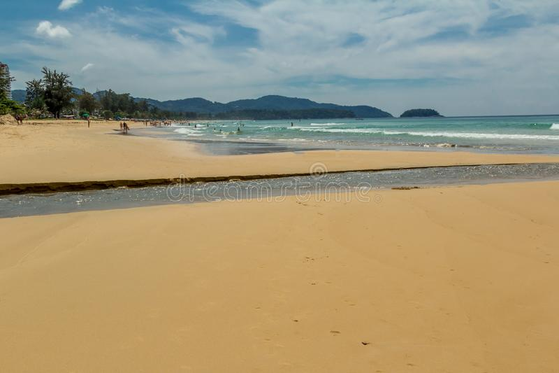 Caminhada sentimental ao longo da praia fotografia de stock