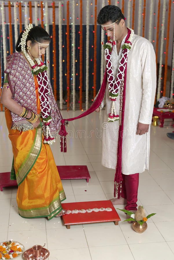 A caminhada simbólica da noiva hindu indiana de sete etapas com o noivo no casamento do Maharashtra. imagem de stock