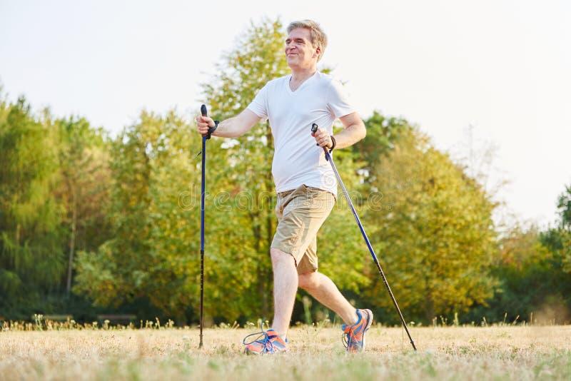 Caminhada superior ativa na natureza fotos de stock royalty free