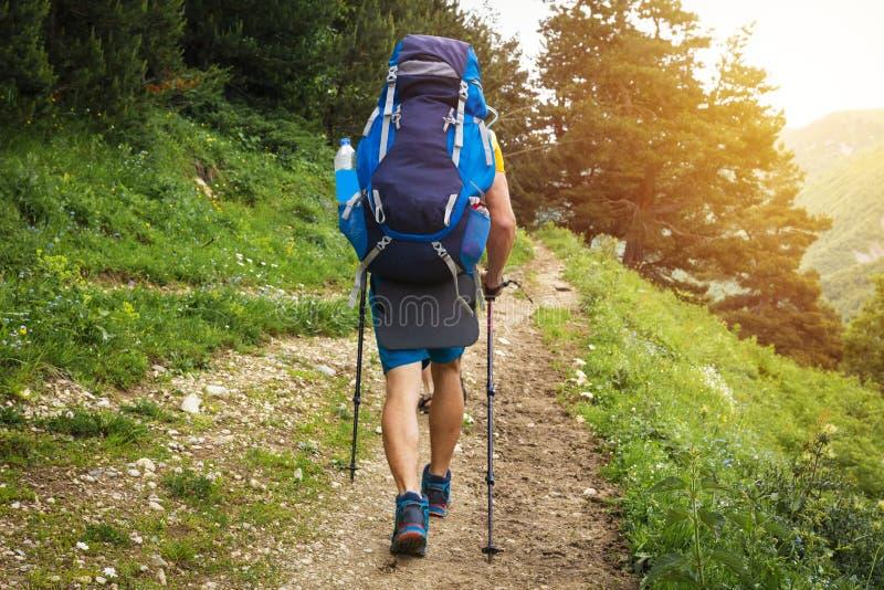 Caminhada Turista com caminhada da trouxa ao longo do passeio na montanha da montanha Turismo do esporte Atividade de lazer Camin fotos de stock