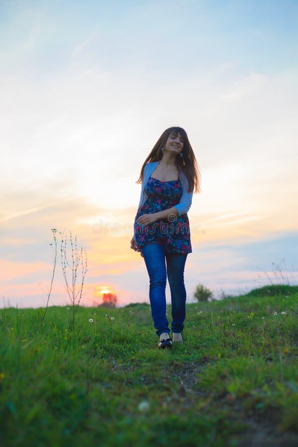 Caminhadas da jovem mulher foto de stock