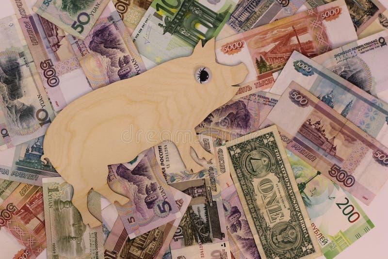 Caminhadas 2019 do porco do símbolo em cédulas de países diferentes imagens de stock royalty free