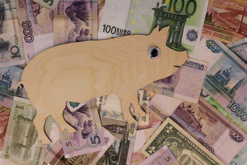 Caminhadas 2019 do porco do símbolo em cédulas de países diferentes fotos de stock royalty free
