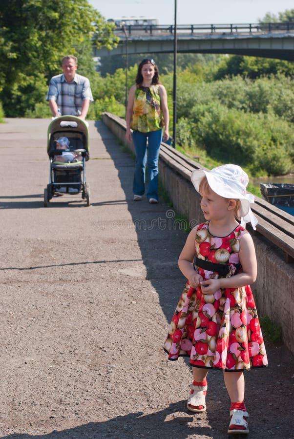 Caminhadas felizes da família fotografia de stock