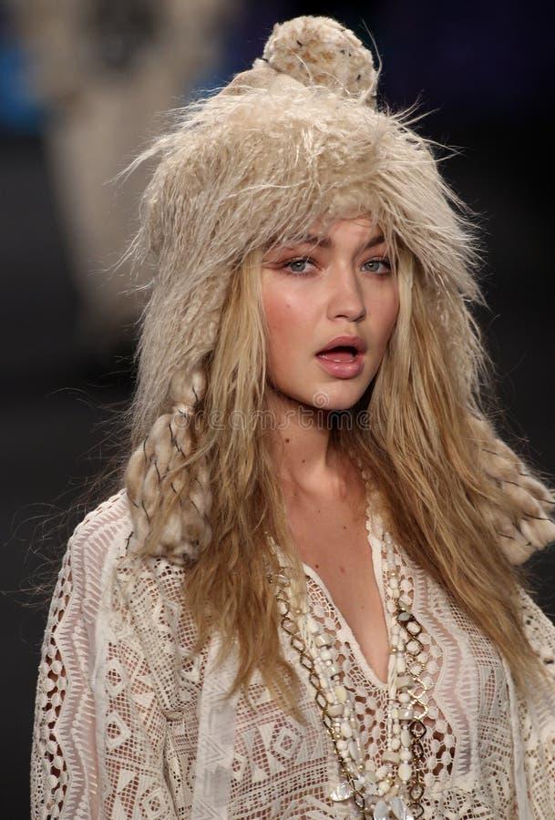 Caminhadas modelo do modelo de Gigi Hadid à pista de decolagem no desfile de moda de Anna Sui durante a queda 2015 de MBFW imagem de stock