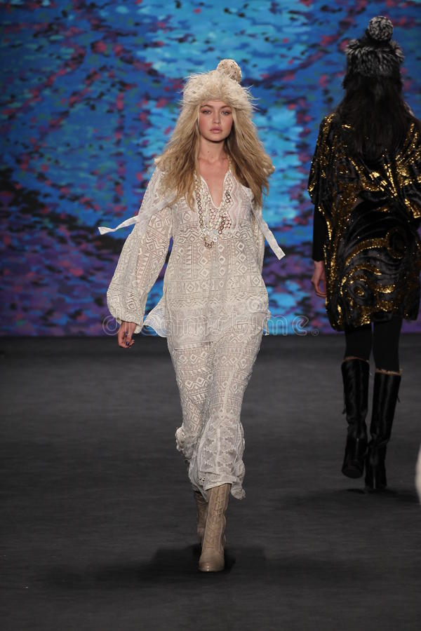 Caminhadas modelo do modelo de Gigi Hadid à pista de decolagem no desfile de moda de Anna Sui durante a queda 2015 de MBFW fotografia de stock royalty free