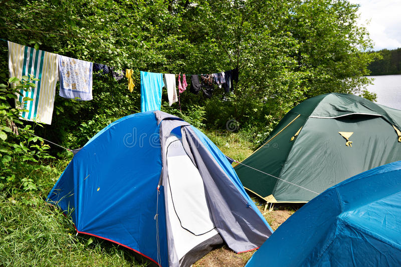 Caminhando barracas de acampamento e roupa de secagem imagem de stock royalty free