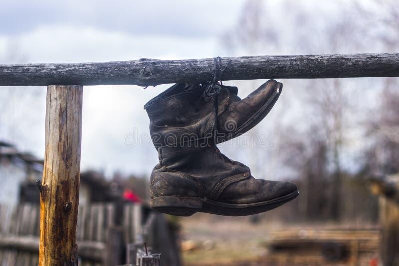 Caminhando botas e corda no fundo da fogueira Relacionamento do curso do estilo de vida imagens de stock