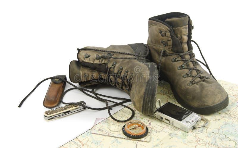 Caminhando botas no mapa fotografia de stock royalty free