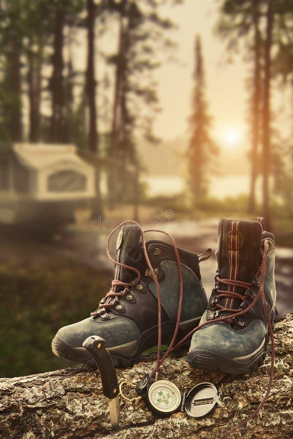 Caminhando carregadores com compasso no campsite imagens de stock