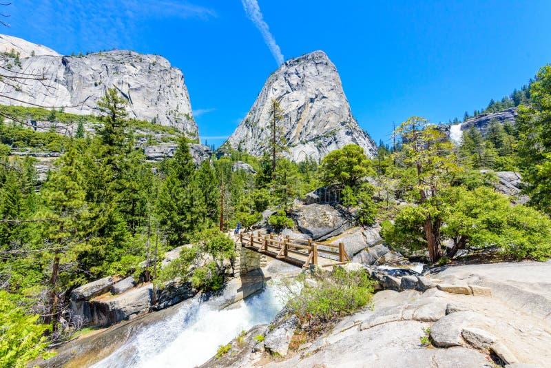 Caminhando em Nevada Falls ao longo da fuga de John Muir Trail e da n?voa, parque nacional de Yosemite, Calif?rnia EUA imagens de stock royalty free