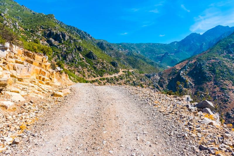 Caminhando em Rif Mountains de Marrocos sob a cidade de Chefchaouen, Marrocos, África imagens de stock royalty free