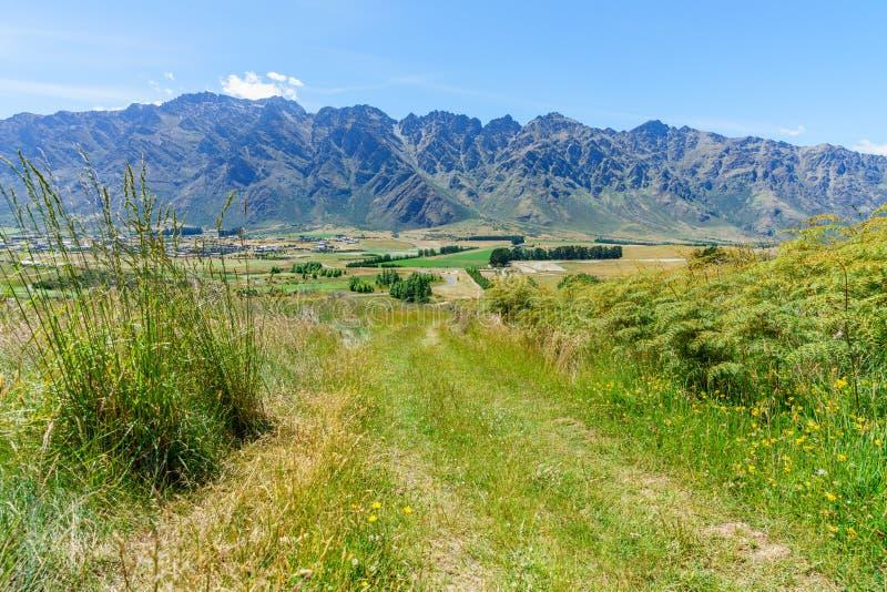 Caminhando jaques aponte a trilha, ideia dos remarkables, queenstown, Nova Zelândia 1 imagem de stock