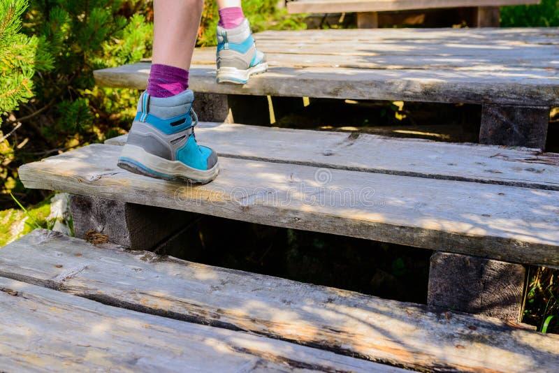 Caminhando a mulher com as botas na fuga de madeira, fora atividade fotografia de stock royalty free