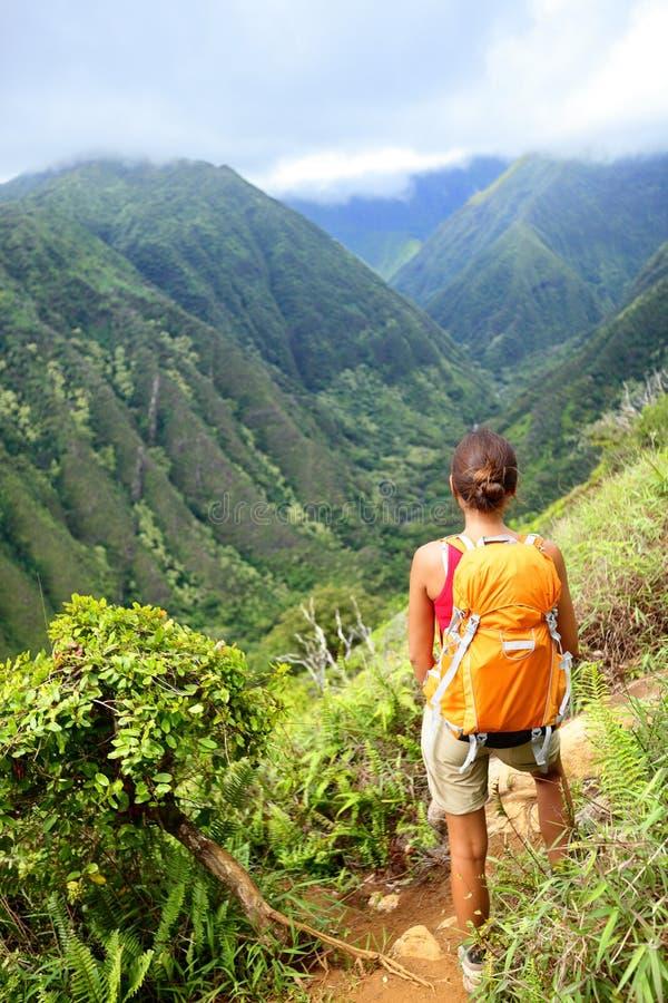 Caminhando a mulher em Havaí, fuga do cume de Waihee, Maui imagem de stock