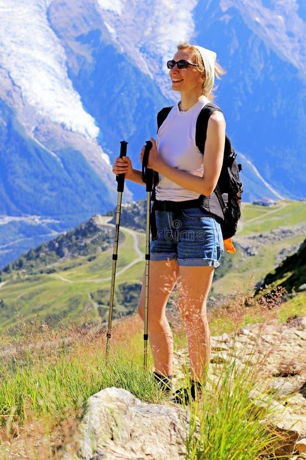 Caminhando a mulher que aprecia o maciço de Mont Blanc perto de Chamonix, França fotos de stock