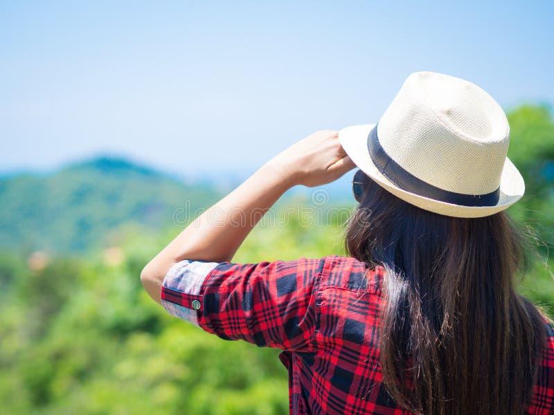 Caminhando a mulher que olha a paisagem inspirada das montanhas imagem de stock royalty free