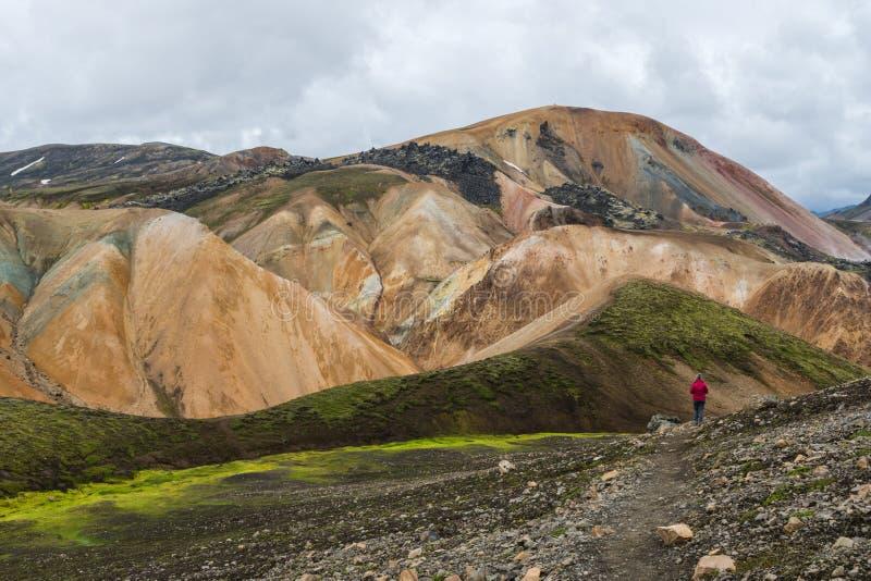 Caminhando nas montanhas do arco-íris, Islândia foto de stock royalty free
