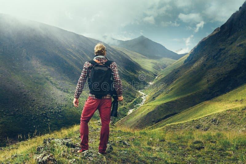 Caminhando o conceito do curso do Blogger da aventura Viajante masculino considerável imagens de stock royalty free