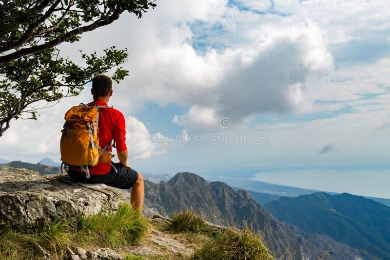 Caminhando o homem ou o corredor da fuga nas montanhas imagem de stock
