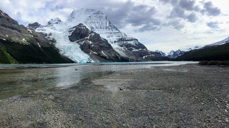 Caminhando o lago berg na montagem Robson Provincial Park, BC, Canadá fotografia de stock