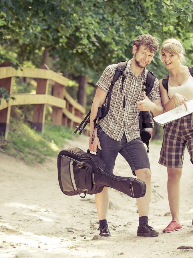 Caminhando o mapa backpacking da leitura dos pares na viagem fotografia de stock