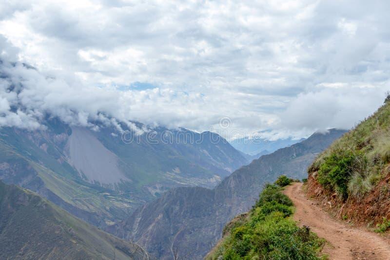 Caminhando o trajeto em montanhas peruanas da alta altitude, o passeio na montanha de Choquequirao a Machu Picchu, alternativa a  foto de stock royalty free