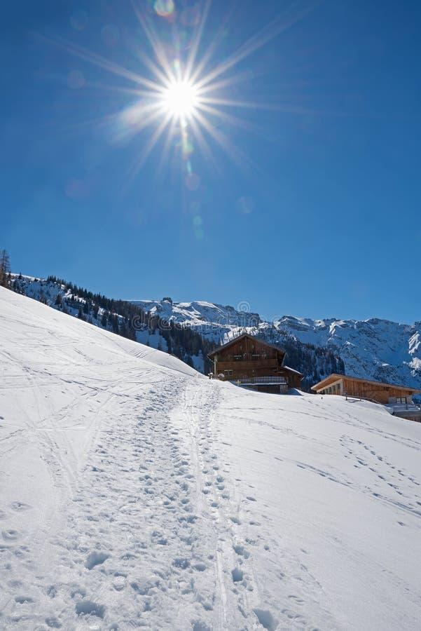 Caminhando o zwolferkopf Tirol da área, cabanas alpinas e paisagem Áustria do inverno do céu azul fotografia de stock royalty free