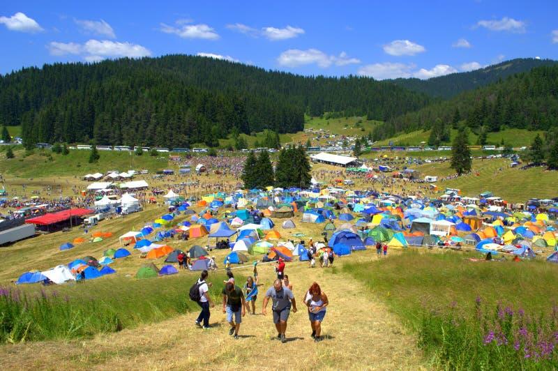 Caminhando povos pelo acampamento da montanha foto de stock