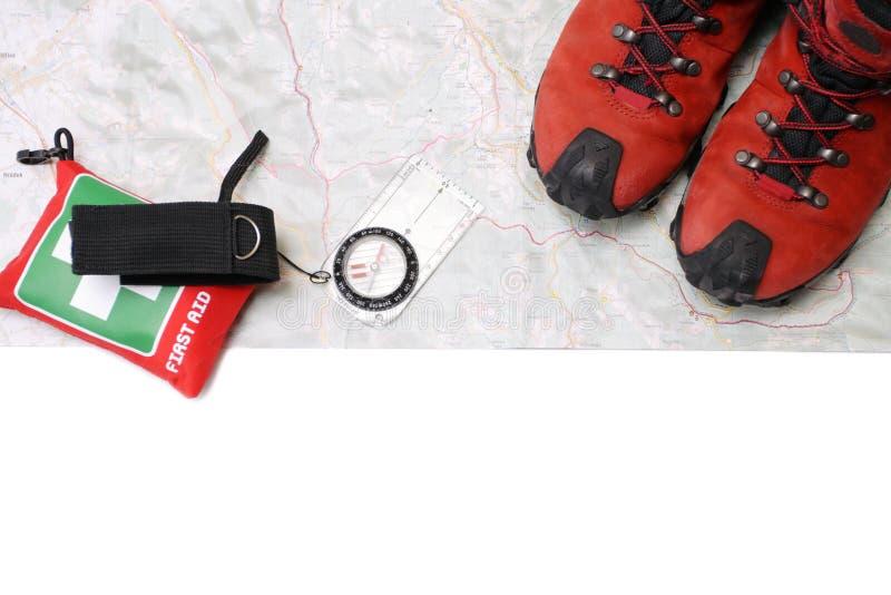 Caminhando sapatas e compasso no mapa imagens de stock
