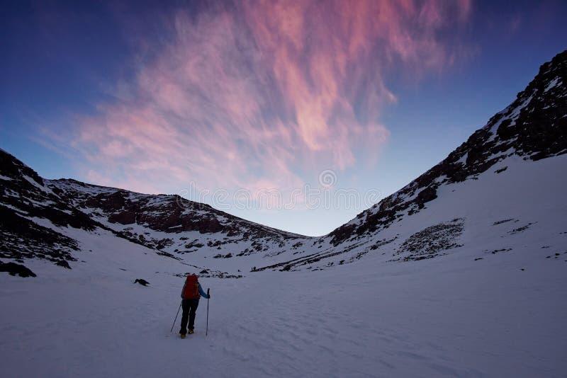 Caminhante abandonado que aproxima o pico de Jebel Toubkal fotografia de stock royalty free