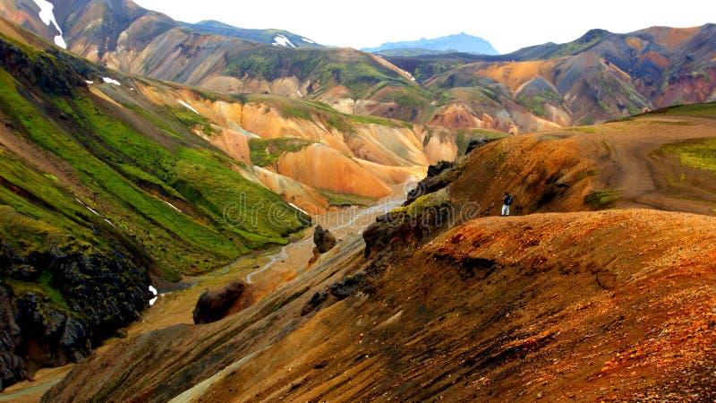Caminhante aventuroso nas montanhas coloridas de Landmannalaugar imagens de stock royalty free