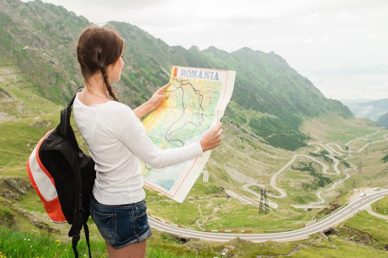 Caminhante da jovem senhora que guarda o mapa foto de stock royalty free