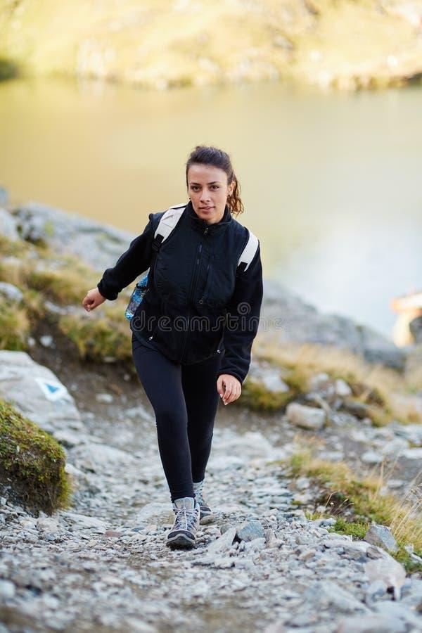 Caminhante da mulher em uma fuga imagens de stock royalty free