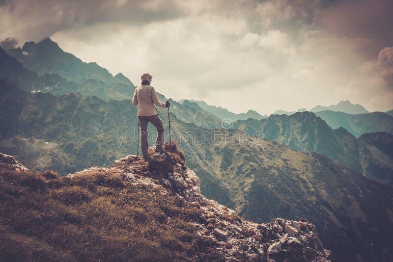 Caminhante da mulher em uma montanha imagens de stock royalty free
