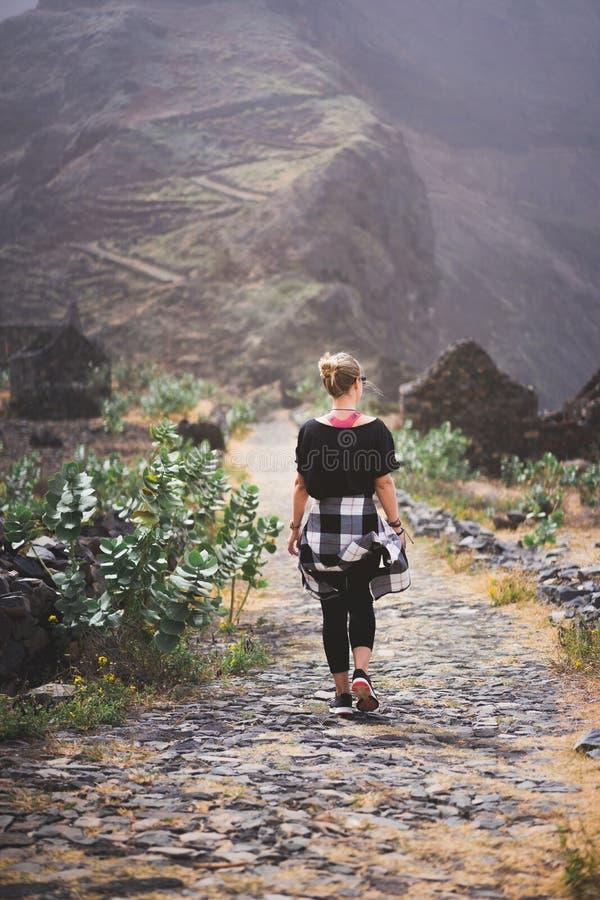 Caminhante da mulher na rota cobbled litoral pitoresca A estrada junta-se às cidades de Cruzinha, Fontainhas e continua-se sobre fotografia de stock