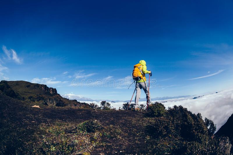 Caminhante da mulher no pico de montanha imagens de stock royalty free