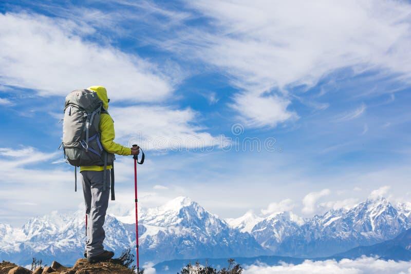 Caminhante da mulher no pico de montanha fotos de stock