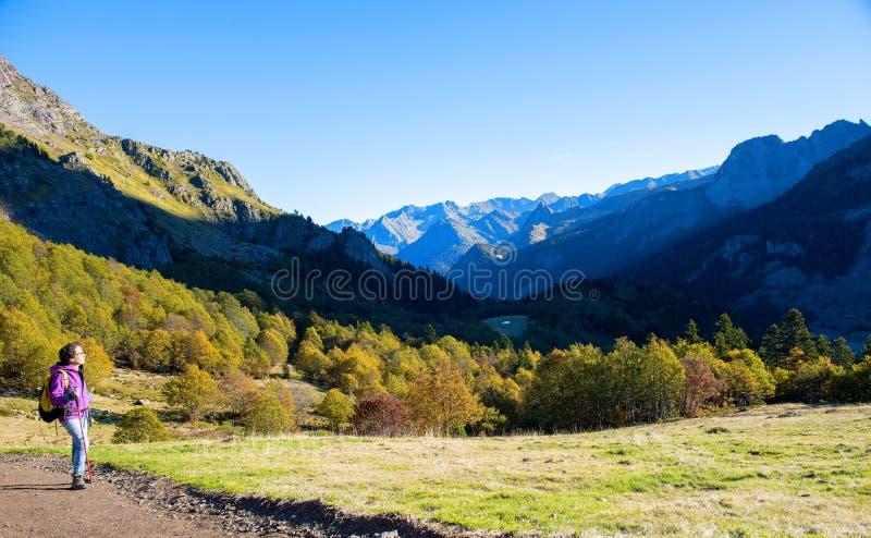 Caminhante da mulher que anda nas montanhas de Pyrenees perto do PIC Ossau fotos de stock