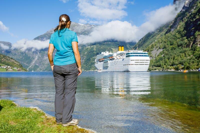Caminhante da mulher que aprecia paisagens cênicos, Geirangerfjord imagens de stock royalty free