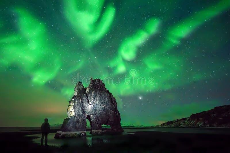 Caminhante da noite de Hvitserkur fotografia de stock