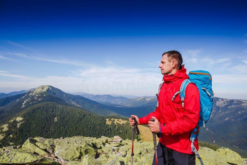 Caminhante desportivo novo que trekking nas montanhas Esporte e vida ativa imagens de stock