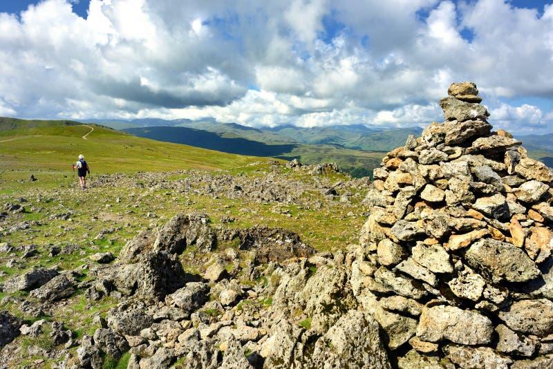 Caminhante e monte de pedras solitários no aumento fotografia de stock