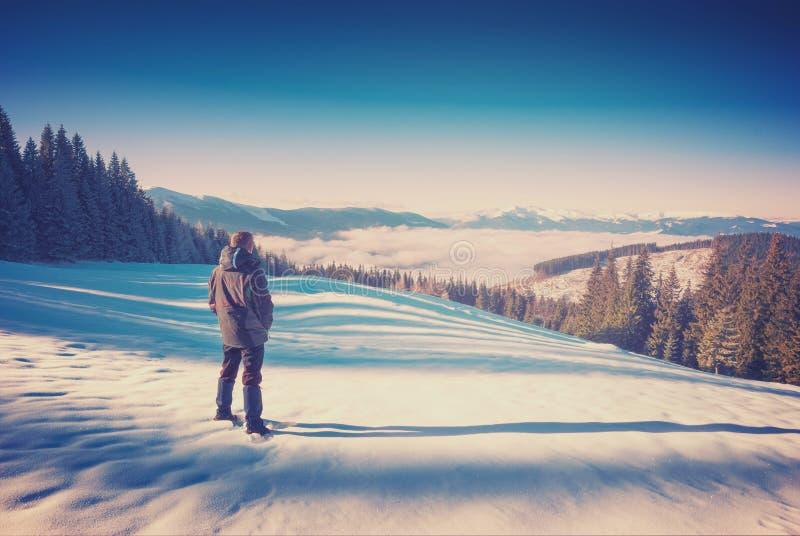 Caminhante em um vale Carpathian da montanha do inverno vintage imagem de stock royalty free