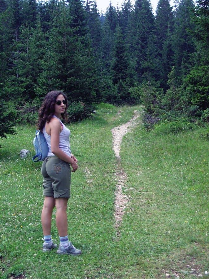 Caminhante fêmea em fuga arborizada imagem de stock royalty free