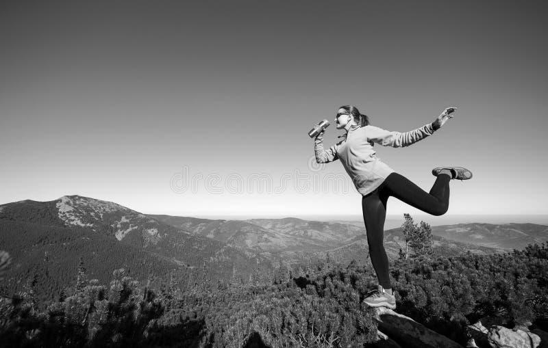 Caminhante fêmea feliz novo na parte superior da montanha foto de stock royalty free