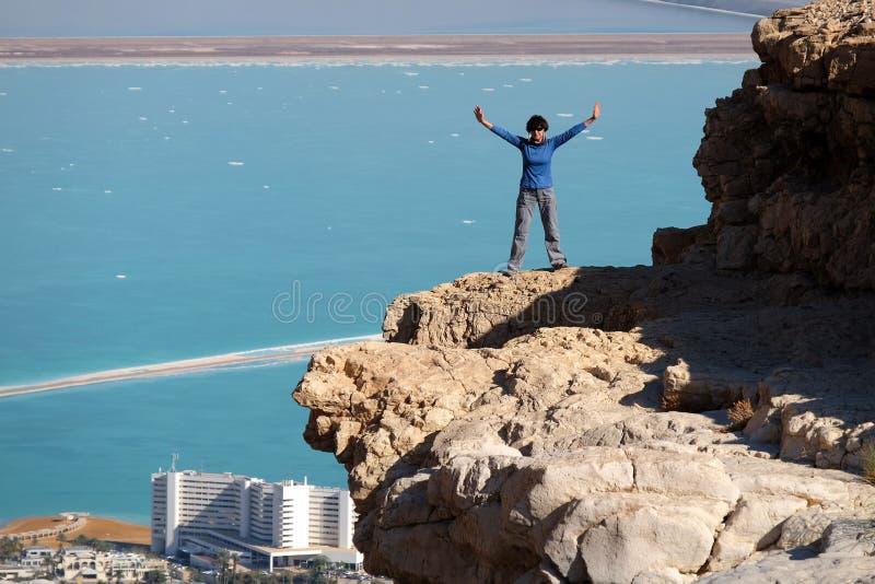 Caminhante fêmea no penhasco da rocha no deserto de Judea fotos de stock royalty free