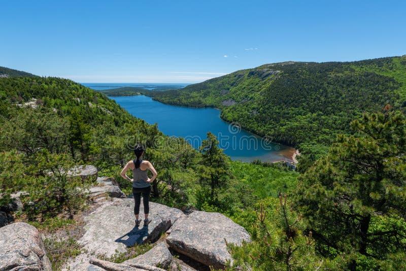 Caminhante fêmea que aprecia a vista em Maine imagens de stock