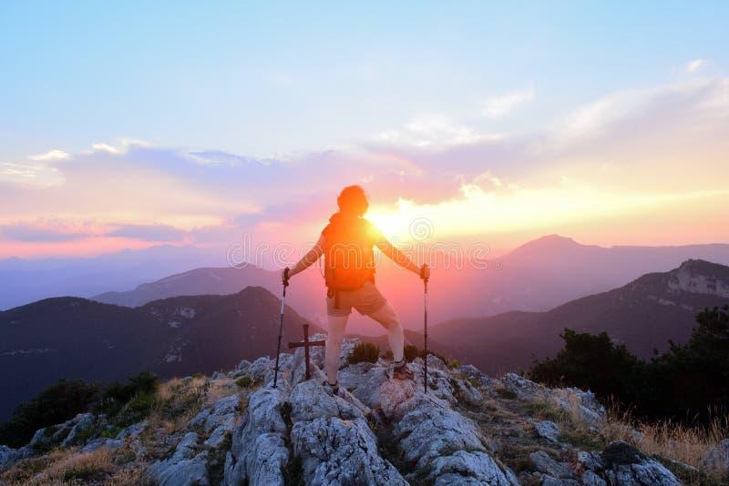 Caminhante fêmea que contempla o por do sol da parte superior imagem de stock royalty free
