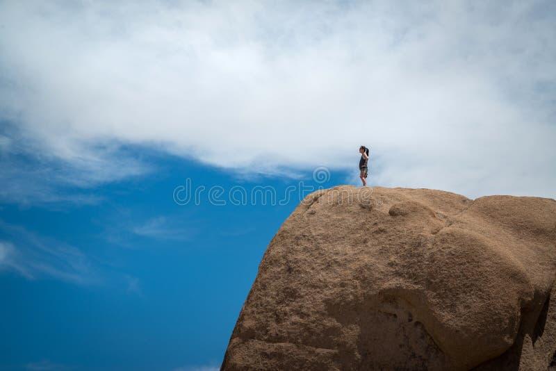 Caminhante fêmea que está em um pedregulho imagens de stock royalty free